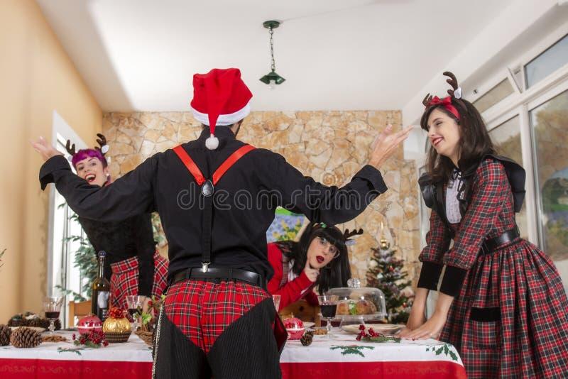 庆祝圣诞节精神的小组朋友 库存照片