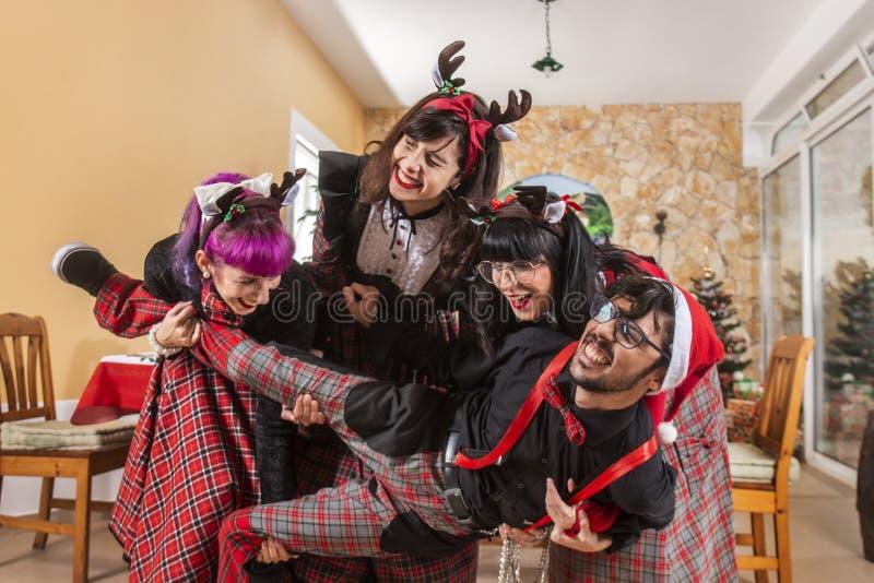 庆祝圣诞节精神的小组朋友 免版税库存图片