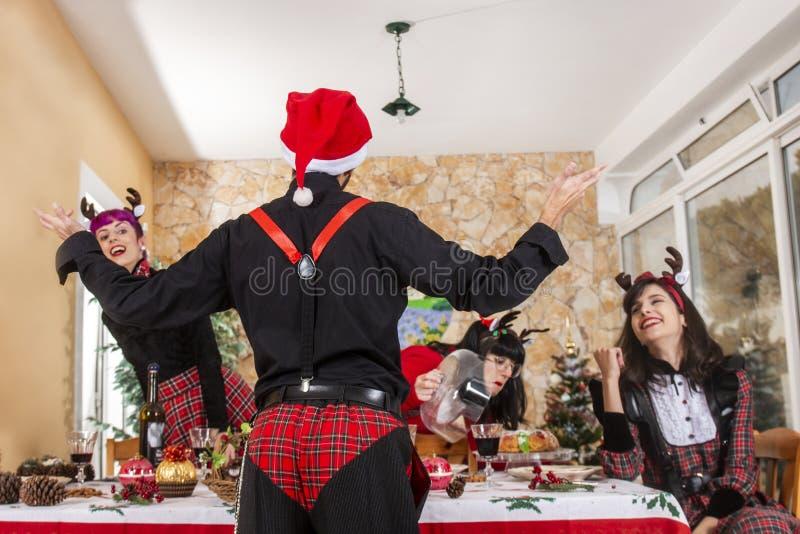 庆祝圣诞节精神的小组朋友 库存图片