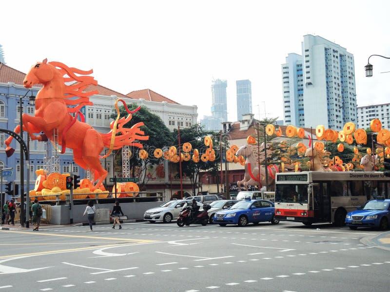 庆祝在南桥梁街道,唐人街区,新加坡上的春节的橙色以马主题的装饰 免版税库存照片