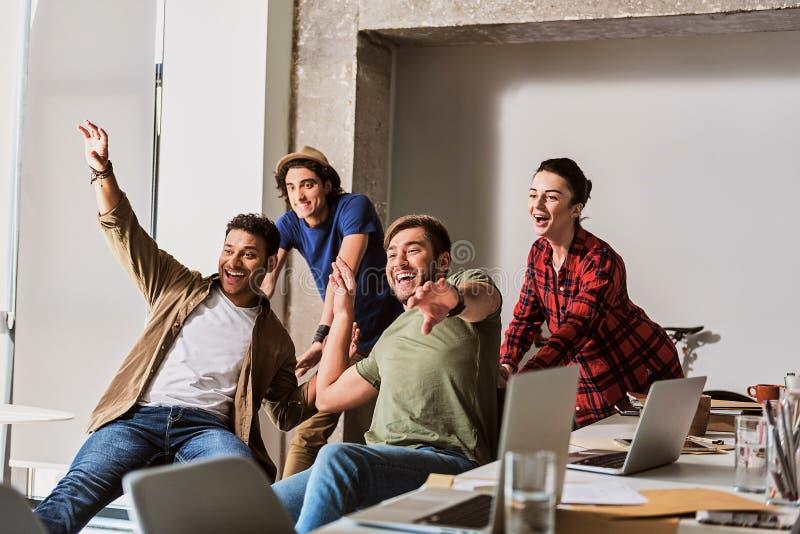 庆祝在工作的愉快的队成功 免版税库存照片