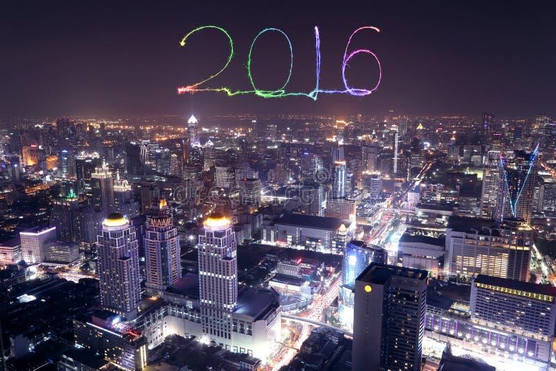 庆祝在曼谷都市风景的2016新年烟花在晚上 免版税库存照片