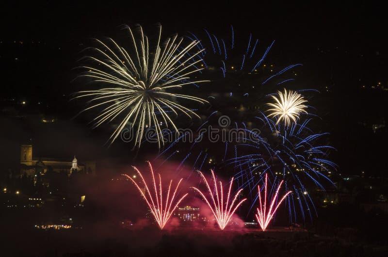 庆祝在有上色夜空的烟花的城市 图库摄影