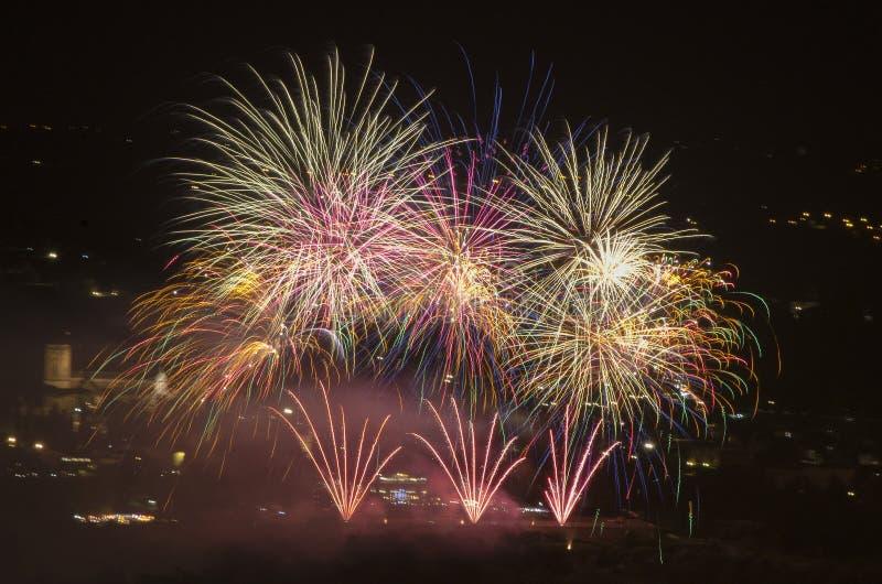 庆祝在有上色夜空的烟花的城市 免版税库存照片
