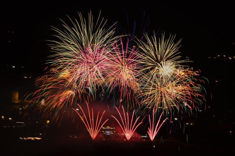 庆祝在有上色夜空的烟花的城市 免版税库存图片