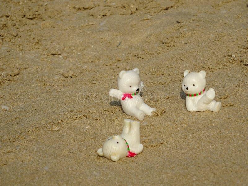 庆祝在沙子的三件小的女用连杉衬裤圣诞节 免版税库存照片