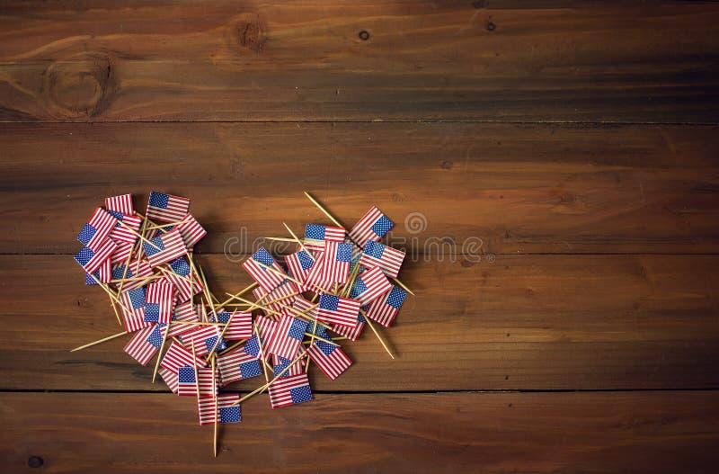 庆祝在的美国独立日7月4日与美国美国旗子的 免版税库存图片
