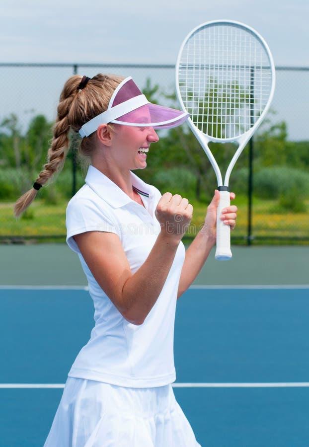 庆祝在赢得的网球员网球比赛以后 年轻wo 免版税库存照片