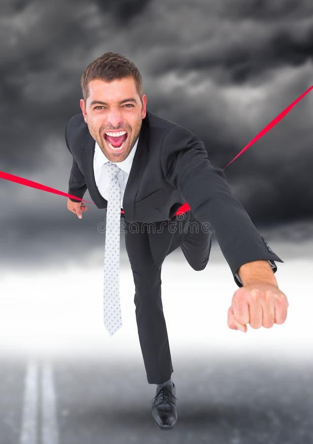 庆祝在终点线的商人反对风雨如磐的天空在背景中 库存例证