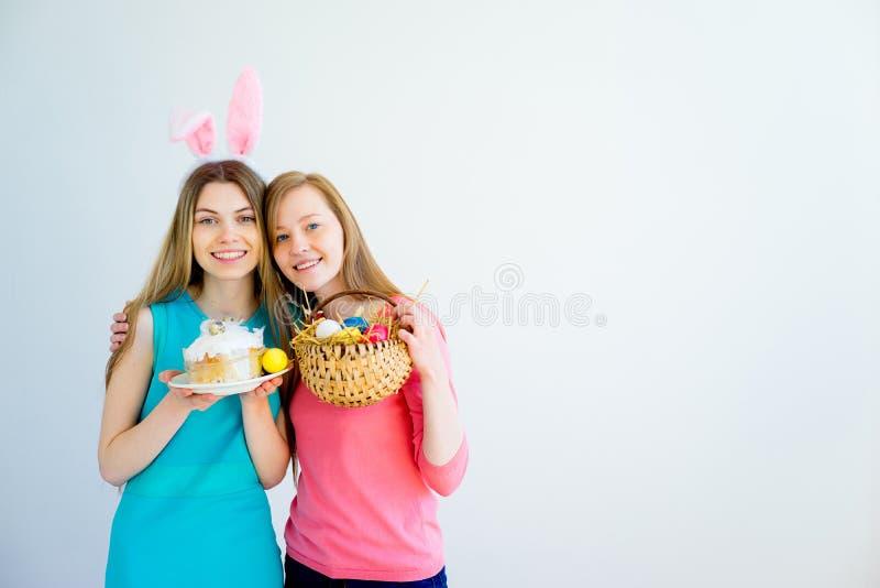 庆祝复活节的两个青少年的姐妹 库存照片