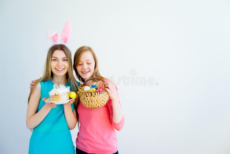 庆祝复活节的两个青少年的姐妹 库存图片