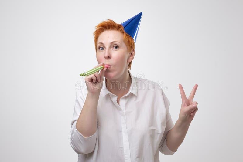 庆祝她的生日的一名快乐的成熟妇女的画象 库存照片