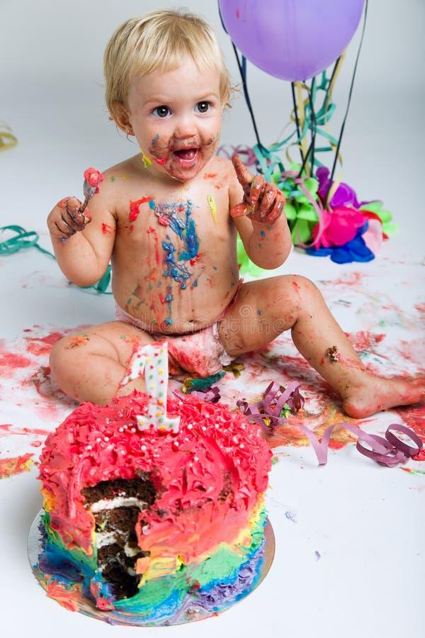 庆祝她第一bithday与食家蛋糕的女婴 免版税库存图片