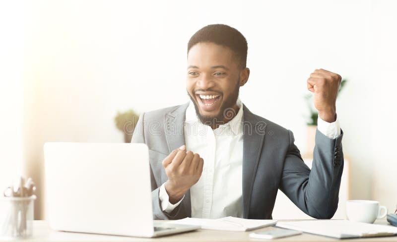 庆祝完成的项目的激动的非裔美国人的工作者 免版税库存图片