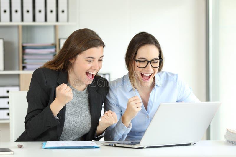 庆祝成功的两个激动的董事 免版税库存图片