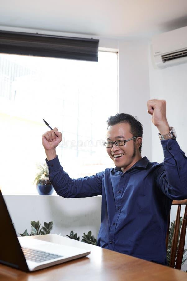 庆祝成功的商人 库存图片