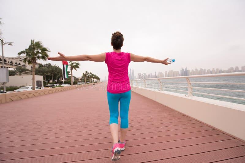 庆祝成功的训练奔跑的少妇 免版税图库摄影