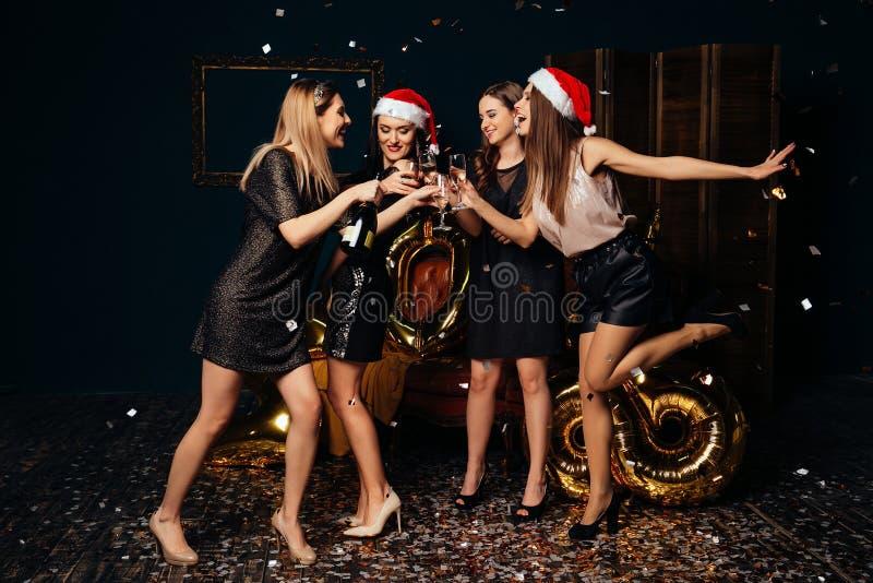 庆祝新年和圣诞节的妇女 免版税库存图片