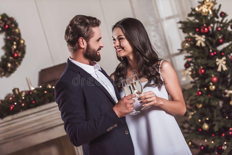 庆祝新年的夫妇 图库摄影