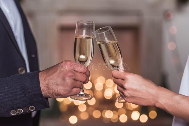 庆祝新年的夫妇 免版税库存图片