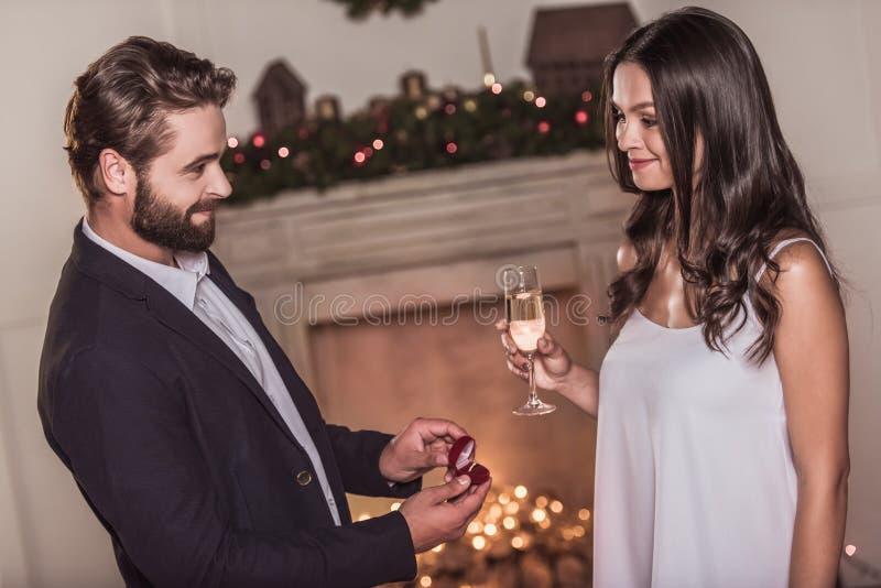 庆祝新年的夫妇 免版税图库摄影