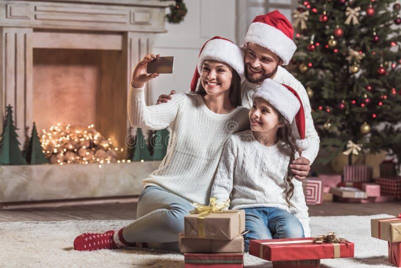 庆祝新年的家庭 免版税库存照片