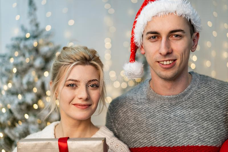 庆祝新年的年轻美好的夫妇接近的画象  免版税库存照片