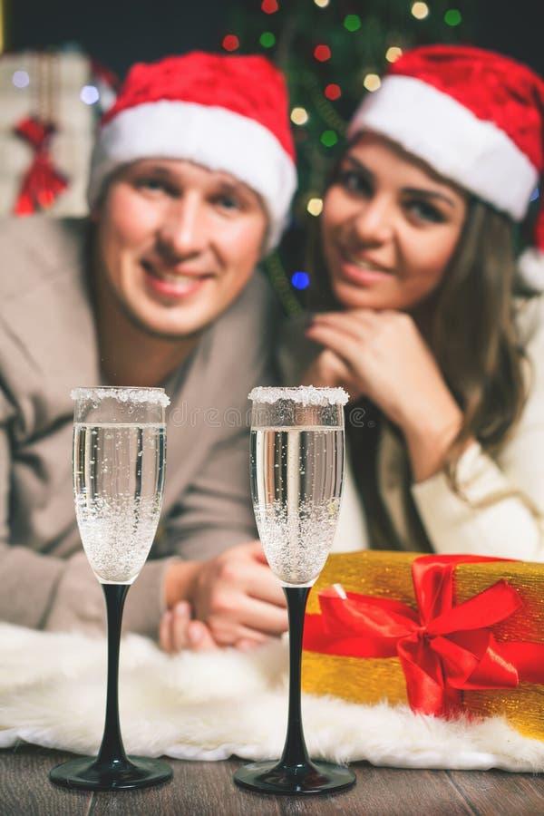 庆祝新年的Cristmas夫妇年轻近的装饰的圣诞树 库存图片