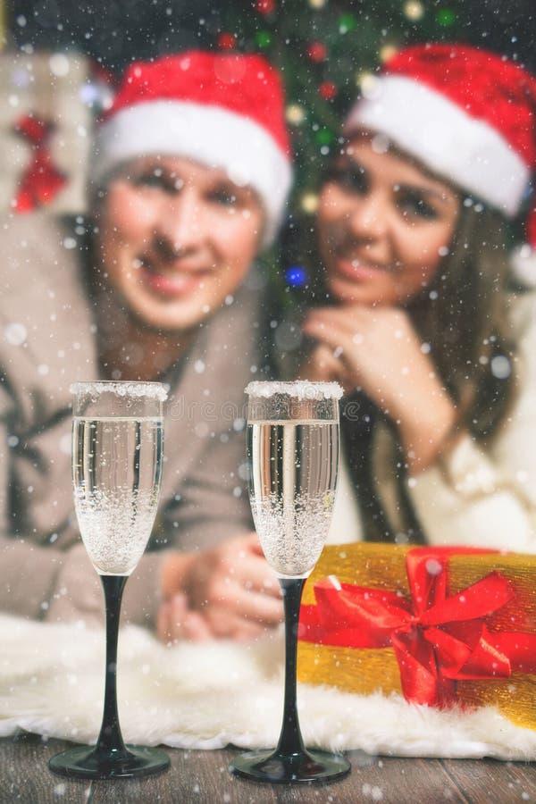 庆祝新年的Cristmas夫妇年轻近的装饰的圣诞树 免版税库存图片