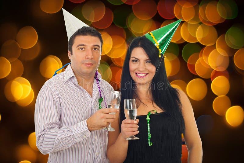 庆祝新年除夕的夫妇 图库摄影
