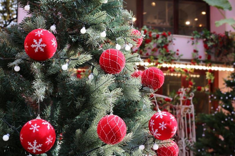 庆祝概念查出的白色 圣诞树和球与分支  库存照片