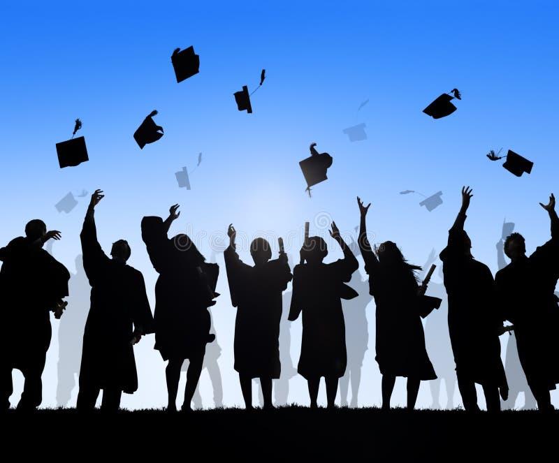 庆祝毕业的小组不同的国际学生 免版税库存照片