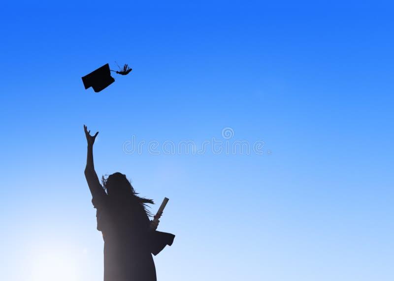 庆祝毕业的年轻女学生 库存照片
