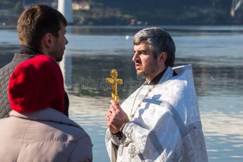 庆祝沐浴在俄罗斯正教会教区的杜罗河河的耶稣和突然显现洗礼图片