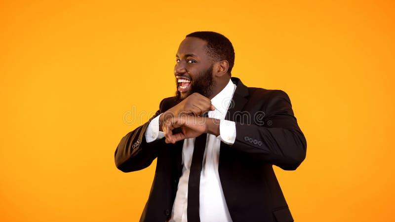 庆祝滑稽的美国黑人的商人的跳舞接受津贴,起动 免版税库存图片