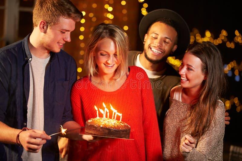庆祝生日的小组朋友在室外党 库存照片