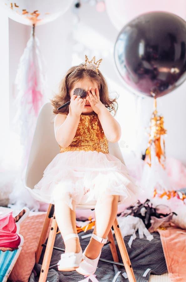 庆祝生日聚会的美丽的小女孩 免版税库存图片