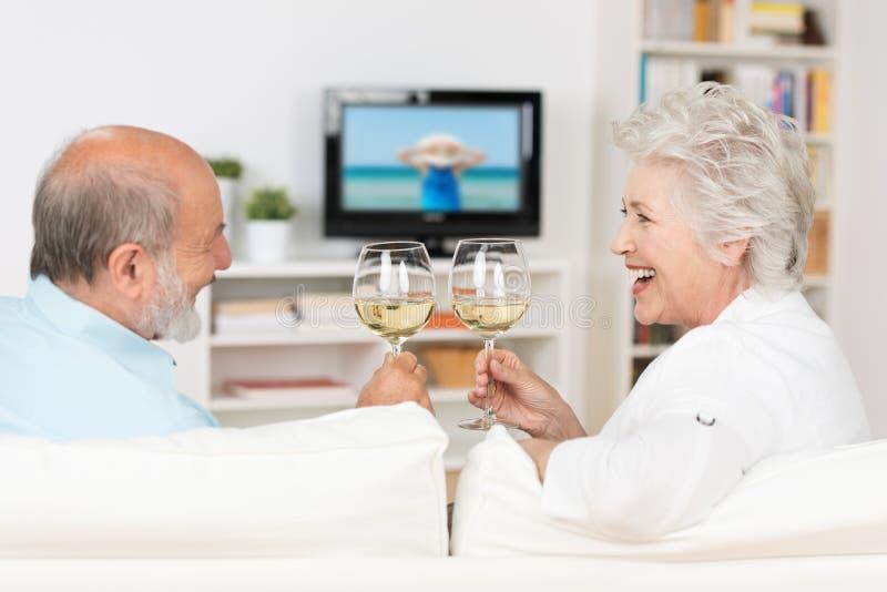 庆祝用白葡萄酒的资深夫妇 免版税图库摄影
