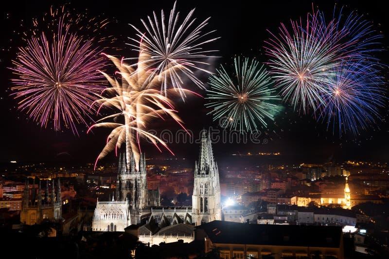 庆祝的烟花,在布尔戈斯著名哥特式大教堂,西班牙 免版税库存图片