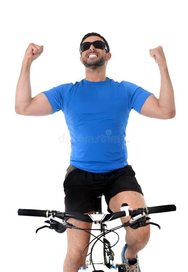 庆祝种族胜利的年轻体育人骑马登山车 库存图片