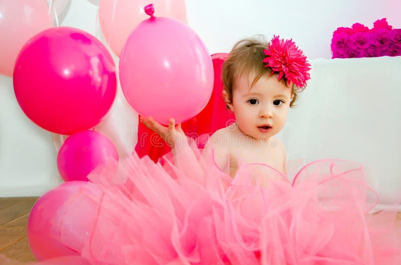 庆祝第一个生日小女儿的家庭 免版税库存照片