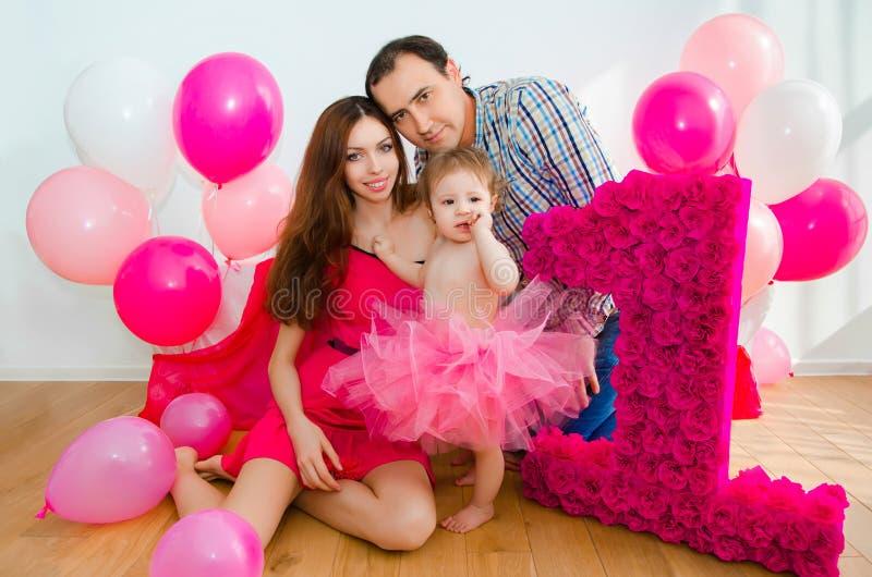 庆祝第一个生日小女儿的家庭 库存图片