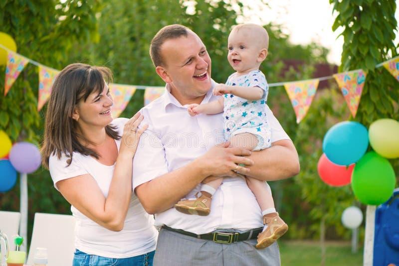庆祝第一个生日婴孩的愉快的家庭 免版税库存图片