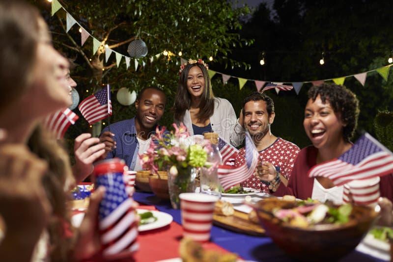 庆祝第4与后院党的7月假日的朋友 免版税库存照片