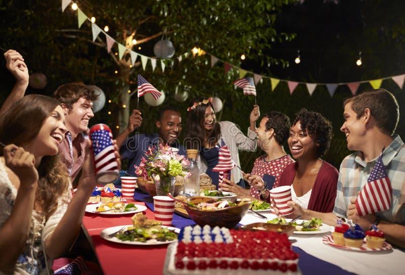 庆祝第4与后院党的7月假日的朋友 库存图片