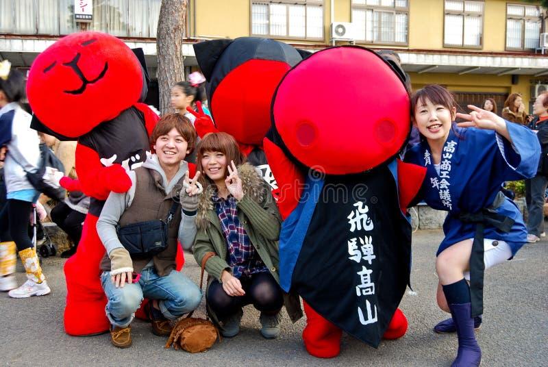 庆祝缘故节日的青年人在老镇Hida高山市,日本 库存照片