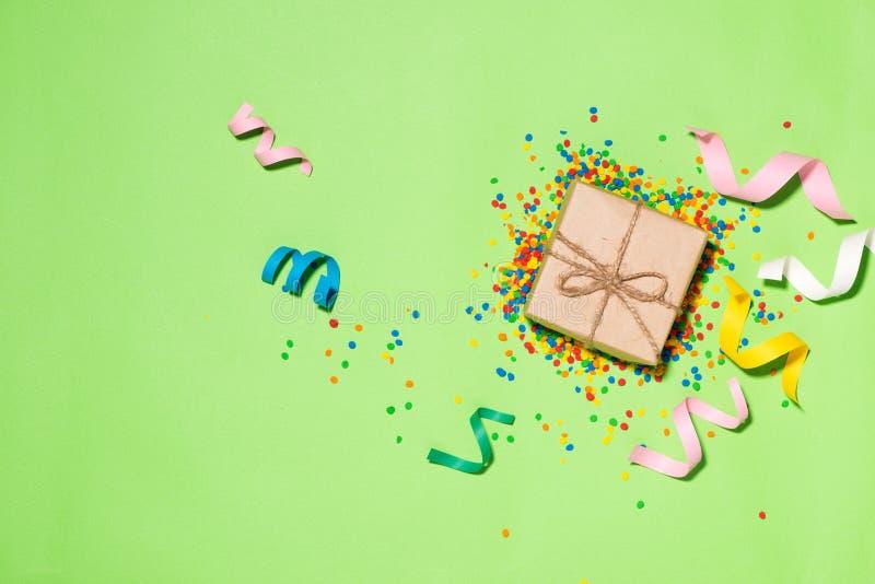 庆祝舱内甲板位置 有五颜六色的党项目的礼物盒在gree 免版税库存图片