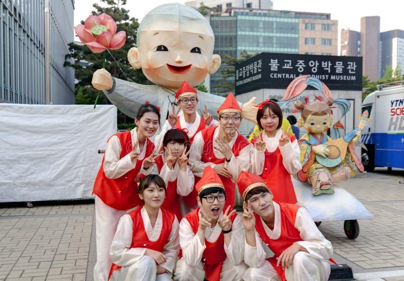 庆祝莲花灯笼费斯特的韩国青年人 图库摄影