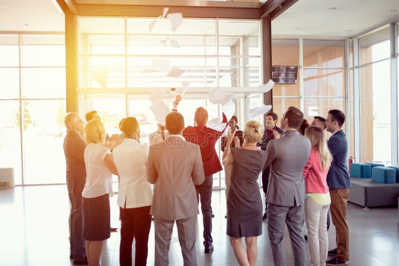 庆祝领导投掷的纸到空气里 库存照片