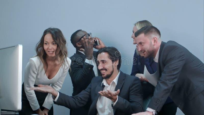 庆祝他们的成功的愉快的多种族小组买卖人 免版税库存照片